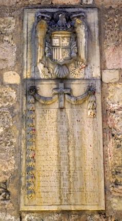 Caídos por Dios y por España, placa insertada en la muralla de Segovia.