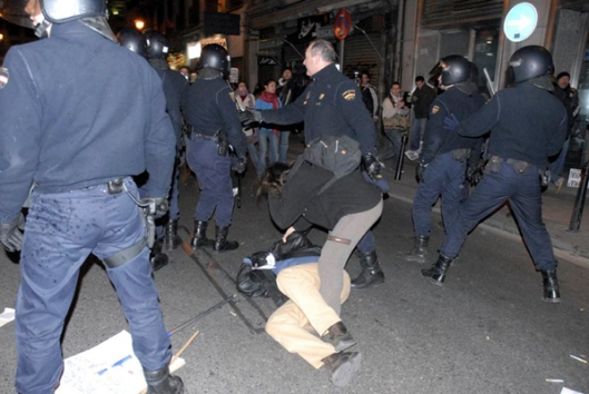 The spanisch police turn violent. Carrera de San Jerónimo, Madrid, Spain, Terry Mangino. Associated Press.