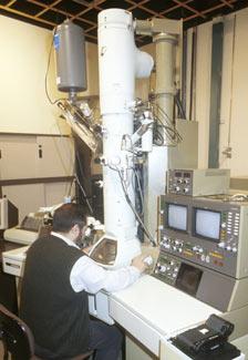 Investigador frente a un microscopio electrónico en el CSIC.
