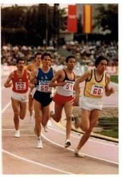 Leitao (52), José Luis González (59) y Said Aouita (51), Estadio Vallehermoso,1985. Said Aouita supuso un verdadero sobresalto en el 5000. Dominó durante un quinquenio desde el 800 al 5000. Campeón Olímpico en Los Ángeles, 1984, en 5000 y campeón del mundo en Roma, 1987.