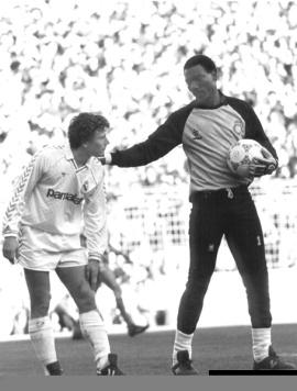 -¡Tranquilo, Buitre! le dijo Tomy Nkono.1988.