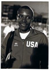 Calvin Smith, Estadio Vallehermoso, 4 de junio de 1987. Smith fue campeón olímpico y tres veces campeón del mundo en el esprint de los 100 m. Consiguió el record del mundo en los 100 y en los 200. Su simpatía y sonrisa eran cautivadoras, y su morfología fibrosa y estilizada contrastaban con las morfologías hipertrofiadas musculadas y gigantescas que dominan actualmente el panorama del esprint. De hecho, él asegura que su record (9,93) es el último logrado por un atleta sin uso de sustancias dopantes.