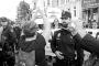 La policía protege a un grupo de mujeres próximas al PP de las protestas de algunas manifestantes que les recriminaban su pertenencia ideológica.