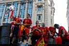 Sergio Ramos levanta la copa de Europa de selecciones, 2 de julio de 2012, Gran Vía, Madrid.