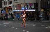 La soledad de la corredora de fondo Cristina Blázquez Villacastín, levitando en la Gran Vía madrileña, sola a pesar de las 33.333 mujeres que corrieron el 11 de mayo de 2014. Terminó quinta.