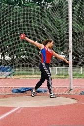 Mélina Robert-Michon, campeona de Francia, campeona de Europa, Campeona del Mundo por equipos, subcampeona del Mundo, Moscú, 2013. Lanzamiento disco, en la foto en Lyon, 2005, plusmarca de 66,28 m.