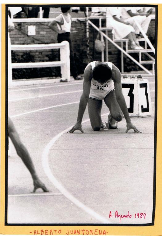 """Cuando Alberto Juantorena Danger (peligro), """"El Caballo"""", irrumpió en los Juegos Olímpicos de Montreal, 1976, ganando las pruebas de 400 y 800 m el atletismo mundial se quedó en estado de shock. Nunca se había visto nada igual, un atleta había ganado en velocidad y medio fondo. Era un gigante, su zancada tan larga parecía una trituradora. En la foto aparece al final de su carrera, haciendo unos bolos en el Estadio Vallehermoso, Madrid, 1984."""
