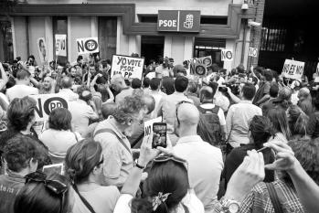Militantes, periodistas y curiosos se agolpan en la sede del PSOE, en la C/Ferraz, el sábado 1 de octubre de 2016, a las 18 H.