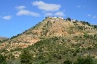 Encaramado a una colina se asoma al valle Valfermoso de Tajuña