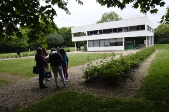 Lyceens en Poissy, frente a la Villa Saboye, de Le Corbusier, el jueves, 4 de mayo.
