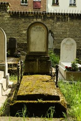 En la tumba de Alfred Dreyfus (1959-1935), en el Cimetiere du Père Lachaise, en París, no consta más que la leyenda Famille Dreyfus. Dreyfus, a pesar de ser rehabilitado no pidió ninguna compensación económica por los errores judiciales que sufrió. Incluso fue víctima de un atentado de la extrema derecha tras su rehabilitación. Llegó al grado de coronel, mientras que el verdadero traidor a la patria, el capital Picquart, fue indultado a poco de entrar en prisión y llegó hasta general de brigada. Fue uno de los más graves escándalos de la Justicia en Francia y tuvo repercusión internacional. Aún hoy se recuerda como uno de los grandes procesos en los que se vio envuelto un inocente. Recordemos que la extrema derecha, encabezada por la fascista Marine Le Pen pasó a la segunda vuelta de las últimas elecciones en Francia, el pasado 8 de mayo.