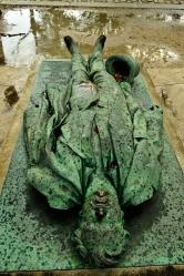 Tumba de Victor Noir, en el cimetiere du Père Lachaise, París. El periodista Victor Noir murió a los 21 años, en enero de 1870, de un tiro por una cuestión de honor a manos de Pierre-Napoleón, hermano de Napoleón III. El asunto tuvo también intrigas políticas debido al parentesco del asesino. Unos meses más tarde, en septiembre de 1870, la Guerra Franco-Prusiana fuerza el derrocamiento de Napoleón III, el hermano poderoso del asesino de Victor Noir. Se sucede la Comune de París y la III Republique. Victor Noir es entonces considerado un héroe contra la tiranía monárquica y se le erige una estatua por suscripción popular. Tocar la estatua de Victor Noir es considerado como una forma de fertilidad infalible, por eso la entrepierna de la estatua está tan brillante como la blusa de la estatua de Dalida.