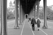 Brando y la Schneider de la mano en el puente Bir-Hakeim.