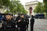 Policía desplegada en la Plaze de l'Etoile