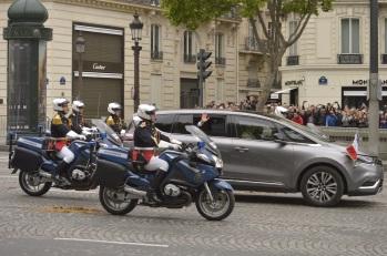 Francois Hollande, Monsieur le Président dice adiós con la manita.