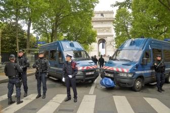 El Arco del Triunfo fuertemente cercado por la policía.