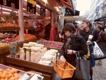 Le marché, samedi soir à Paris.