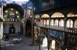 Aspecto de la nave central de la catedral de Justo Gallego. Se siente una extraña sensación al adentrarse en el templo a media construcción, como un paseo por Sarajevo o un derribo inminente.