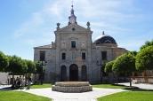 La Casa de Alba se instala en Loeches a través del conde-duque de Olivares, Gaspar de Guzmán de Pimentel, valido del rey Felipe IV, que muere en desgracia política y sin sucesión (1645). Se empieza a construir en 1635 por Alonso Carbonel. Este fue el mismo arquitecto que hizo el palacio de la Zarzuela.