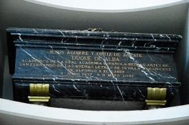 """Coquetería Post mortem. Tanto en sus biografías (wikipedia) como en el libro """"Aguirre el magnífico"""", de Manuel Vicent, se recoge que Jesus Aguirre nació en 1934., Sin embargo, en su suntuoso sepulcro se indica que nació en 1937. Vanitas vanitae. Tumba de Jesús Aguirre, duque consorte de Alba, en el panteón de la Casa de Alba, Loeches."""