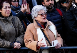 """Doña Magdalena canta una saeta y se hace un """"selfie"""" en C/ Alcalá."""