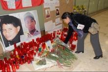 Una mujer coloca un ramo de flores en memoria de las dos víctimas mortales del atentado de ETA en la T4 de Barajas, ocurrido el 30 de diciembre de 2006. Las dos víctimas esperaban dormidos en el aparcamiento del aeropuerto a sus familiares que llegaban a España para pasar con ellos las fiestas de navidad. La terrible explosión les costó la vida.