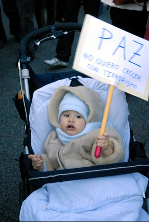 Un bebé durante la manifestación en Madrid, el 13 de enero de 2007.