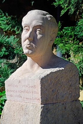 Busto de Machado esculpido por Emiliano Barral, que falleció a principios de la Guerra Civil, el 21 de noviembre de 1936, durante la defensa del Madrid republicano, en el frente de Usera.