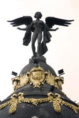 La Victoria alada que corona el Edificio Metrópolis se alzó al techo en 1977. Es obra de Federico Coullaut Valera.