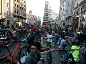 Sentada ciclista en la Gran Vía reclamando el uso de la bici como transporte urbano.