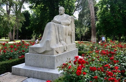 """Monumento a Galdós en el Retiro, inaugurado el 19 de enero de 1919, obra de Victorio Macho. Galdós asistió al homenaje y sufrió un empeoramiento en su salud. Falleció el 4 de enero de 1920. Una de las primeras personas que asistió a su velatorio fue Emilia Pardo Bazán, uno de sus grandes amores. La Bazán le llamaba a Galdós """"mi grandullón""""."""