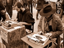 Unos poetas callejeros escriben sus poemas de encargo por unas monedas en el Rastro.