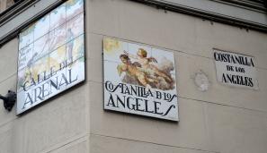 En la calle Arenal tuvo su vivienda Agustín Caballero, el rico indiano que protagoniza Tormento y que se enamora de Amparo Sánchez Emperador, a la que la envidiosa Rosalía Pipaón de la Barca, la de Bringas, que vivía en la Costanilla de los Ángeles, quería utilizar como criada.