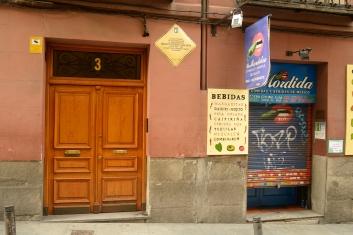 En la Calle de las Fuentes, en el número 3, residió por primera vez en Madrid Galdós, en 1862, según asegura Pedro Ortiz Armengol.