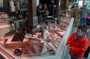 El Mercado de San Miguel, detras de la Plaza Mayor, donde Plácido Estupiñá aconsejaba a doña Barbarita, la mamá de Juanito Santa Cruz, qué comprar. Ahora se ha convertido en un mercado de lujo para turistas y ha perdido su condición social de servicio al público vecinal del barrio.