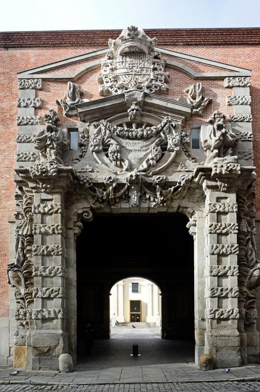 La fachada del cuartel del Conde Duque, finalizado durante el segundo reinado de Felipe V, en 1736, obra de Pedro de Ribera.