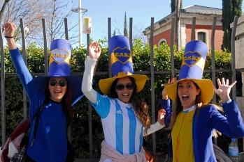 Seguidoras del Boca Juniors en la Avenida de la Castellana, Madrid