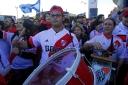 Seguidores del River Plate en la puerta del Hotel Eurostars, Madrid, donde se alojaba el River Plate.