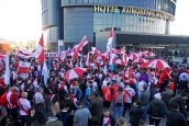 Seguidores del River Plate en la puerta del Hotel Eurostars, donde se hospedaba el River Plate.