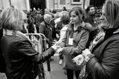 Unas señoras se desinfectan las manos tras visitar al Cristo de Medinaceli, el viernes 6 de febrero.